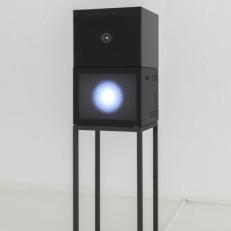 Chambre Boucle vidéo, moniteur, haut-parleur, structure en fer 40x40x170cm