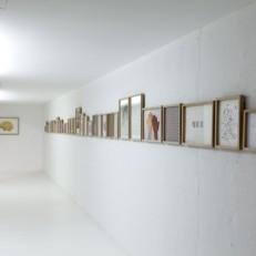 Diverses chambres et cabinet de toilette Installation, technique mixte sur papier, 32 éléments Dimensions variables