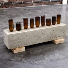 Sans titre Bouteilles de bières, béton, bois 88x37x22cm