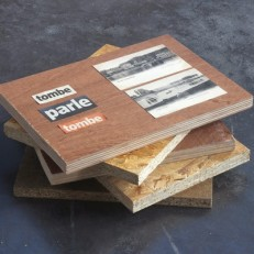 Tombe, parle, tombe Bois, cartes postales, papier journal Dimensions variables